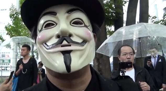 アノニマス仮面でごみ拾い 渋谷「平和的に抗議」 - YouTube